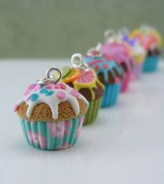 Polymer clay (fimo) It looks like a cupcake topped with a cookie. Polymer Clay Kunst, Polymer Clay Cupcake, Polymer Clay Miniatures, Fimo Clay, Polymer Clay Projects, Polymer Clay Charms, Polymer Clay Creations, Polymer Clay Jewelry, Clay Crafts