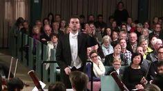Marcus Merkel, der Chefdirigent und Gründer der Jungen Philharmonie, leitet seinen Klangkörper durch eine geniale Interpretation von Beethovens Egmont-Ouvertüre. Marcus Merkel lehrt und arbeitet mit Hingabe für Kinder und Jugendliche. Er ist mit Anfang 20 mit hin der jüngste Pulsstar der Welt.