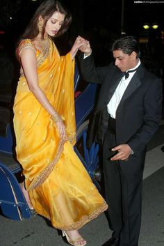 Aishwarya Rai's first appearance at Cannes film festival for her movie 'Devdas' in Aishwarya Rai looked gorgeous in yellow sari with heavy work blouse and heavy gold jewellery at edition of Cannes film festival on May 2002 Bollywood Stars, Bollywood Fashion, Indian Bollywood, Indian Sarees, Hollywood Heroines, Hollywood Actresses, Indian Actresses, Aishwarya Rai Cannes, Aishwarya Rai Bachchan
