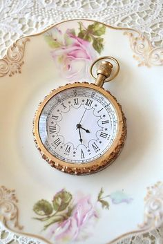 IT reminds me of my ROYAL heritage! Especially with the feminine little plate underneath! Vintage & Shabby Chic - Feminine things by Jennalise Old Clocks, Antique Clocks, Vintage Clocks, Vintage Vignettes, Old Watches, Pocket Watches, Objets Antiques, Pocket Watch Antique, Bracelets