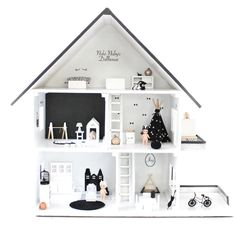 Black and white dollhouse decor. Modern Dollhouse, Diy Dollhouse, Dollhouse Furniture, Dollhouse Miniatures, Miniature Rooms, Miniature Houses, Toy House, Barbie House, Diy For Kids