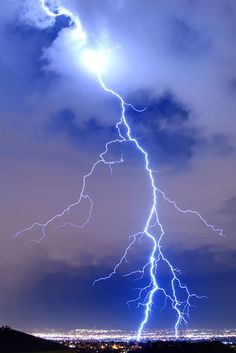 Κεραυνοί He fills His hands with lightning and commands it to strike its mark. Thunder And Lightning, Lightning Bolt, Lightning Storms, Lightning Pics, Phoenix Legend, Wild Weather, Blitz, Lightning Strikes, Thunderstorms
