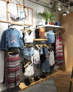 "37 Me gusta, 1 comentarios - JaysonPaolo Dovizado Gloconoci (@thepoderosopaolo) en Instagram: ""Boho Nomad 1 Theme #visual #visualmerchandising #merchandising #art #fashion #girls #uae #mydubai…"" Boutique Interior, Clothing Store Interior, Boutique Decor, Fashion Boutique, What Is Merchandising, Visual Merchandising Fashion, Modegeschäft Design, Design Visual, Fashion Store Design"