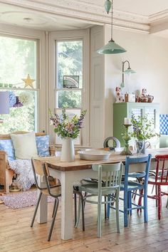 Bohemian dining room decor - How to Mix & Match Dining Chairs Woven Dining Chairs, Mismatched Dining Chairs, Table And Chairs, Room Chairs, Dining Tables, Dining Area, Blue Chairs, White Chairs, Mismatched Furniture