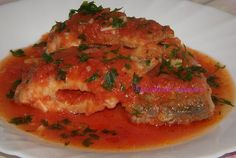 Ostropel de pește, perfect pentru Duminica Floriilor on AM Press | În duminica Floriilor, cei care postesc au dezlegare la pește. Iată o rețetă pe care oricine o poate prepara. INGREDIENTE • 1 kg peste (crap, caras, platica, rosioara, etc) • 2 conserve cu rosii • 2 capatani usturoi • 100 ml apa • 100… Crap, Ratatouille, Chicken, Ethnic Recipes, Food, Meal, Essen, Cubs
