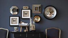 Accumulez cadres et miroirs convexes, pour habiller votre mur. Ici les décorations murales, marque AM.PM, sont bien placées à hauteur du reg...
