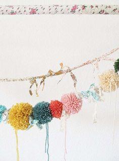 肌寒いこの季節にぴったりの可愛い毛糸ポンポンで楽しくDIYしてみませんか?手芸店に足を運べば、思わず手に取りたくなるようなデザイン性の高いキュートな毛糸が沢山並んでいます。編み物はしないけれど、こんな可愛い毛糸なら何か作ってみたい...そんなあなたにピッタリです。 ポンポンアートにチャレンジしてみましょう!