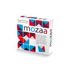 Mozaa: een leuk gezelschapsspel. Het spel lijkt op domino, alleen zijn het nu kleurvlakken die aan elkaar gelegd moeten worden. Iets meer mogelijkheden, maar toch een stukje moeilijker. Een leuke uitdaging voor een regenachtige middag binnen bij een haardvuur, maar zeker ook buiten op een picknickkleed of een strand baddoek.