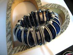 Wunderbarer Upcycling Modeschmuck aus Nespressokapseln. Verziert mit Perlen, Draht,Knöpfen etc.  Hier ein Exemplar - mit vielen halb  gebogenen  Kaffeekapsel in hellblau mit schönen...