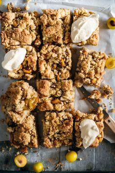 Unseren schnellen Krümelkuchen würde Oma R. wohl als Alltagskuchen betiteln.Und genau das ist er, nicht aufwändig, schnell gemacht, nicht viele Zutaten – genau das Richtige für den Kuchenhunger zwischendurch.