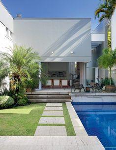 Casa integrada com o jardim esbanja iluminação