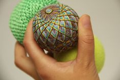How to make temari ~ Japanese thread balls.  Beautifully intricate, not difficult, & very inexpensive - has an excellent photo tutorial.  #DIY #craft