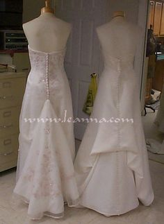 On the right - One point pick up bustle, French style (One set of ribbons and loops ) Diy Wedding Dress Bustle, Wedding Dress Train, Long Wedding Dresses, Wedding Gowns, Bridal Gowns, Bustle Dress, Wedding 2017, Bride Dresses, Wedding Ring