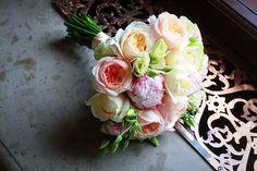 Keine Hochzeit ohne Blumen Der Brautstrauß gehört einfach unumgänglich zur Hochzeit. Diese Sitte geht darauf zurück, dass in früheren Zeiten die Braut einen duftenden Kräuterstrauß trug, der böse Geister vertreiben sollte, die der Braut auf dem Weg zum Traualtar auflauern könnten.  http://partyservice-schweizer.de/Keine_Hochzeit_ohne_Blumen.html