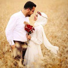 Selam ❤️ Hediyelerinizin başımın üstünde yeri var🌸 Çekiliş için bir önceki görsele bakabilirsiniz 😂 Prewedding Hijab, Prewedding Outdoor, Married Couple Photos, Wedding Couples, Wedding Photos, Hijab Bride, Bridal Hijab, Couple Photography, Wedding Photography
