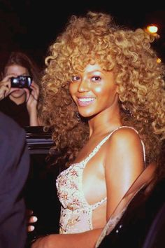 I love how young and fresh-faced Beyonce looks here! And her natural curls are POPPING!