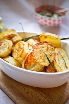 Jamie Oliver's Perfect Roasted Potatoes ~ These appear at dinner weekly. Potato Dishes, Vegetable Dishes, Potato Recipes, Vegetable Recipes, Food Dishes, Vegetarian Recipes, Cooking Recipes, Side Dishes, Cookbook Recipes