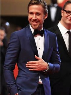 Ryan Gosling in a Sleek blue tux. Ryan wears the color blue so well. And for formal wear it is such a nice change from the standard black. The color blue is where it's at and Ryan Gosling is certainly pulling it off here. Ryan Gosling, Traje Black Tie, Gorgeous Men, Beautiful People, Pretty People, Hello Gorgeous, Beautiful Smile, Beautiful Pictures, Wedding Outfits
