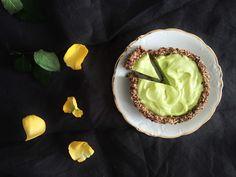 Limettiraakapiiras by Karita Tykkä // Raw nut free lime piep