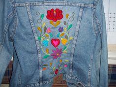 campera de jean bordada con lana Mexican Embroidery, Silk Ribbon Embroidery, Hand Embroidery Designs, Embroidery Stitches, Embroidery Patterns, Denim And Lace, Embroidered Clothes, Embroidered Jacket, Jean Bordado