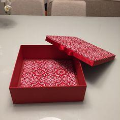 Caixa decorativa em arabesco vermelha