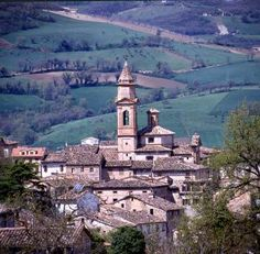 As with so many other Italian towns, Caldarola is inextricably linked with the fortunes of one family. The Pallotta family produced four cardinals and reached its heyday in the last decade of the 16th century when Cardinal Evangelista Pallotta transformed the family castle into his summer residence.