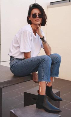 30 Trendy Outfits For When You're Bored of Everything You Own casual style obsession / white tee schwarze stiefel jeans Heels Outfits, Mode Outfits, Casual Outfits, Short Hair Outfits, Casual Jeans, Black Outfits, Dress Casual, Black Boots Outfit, Girl Short Hair