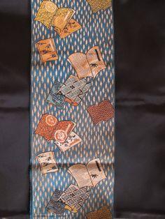 すがた◆粋!読み本柄 漆織り六寸帯 (半幅帯 たいへん粋で恰好のよい、読み本柄の六寸帯です。 本の柄も細部まで丁寧にふっくらと織られ、艶々とした漆織りの光沢がアクセントになっています。 おおよその丈:幅19×344cm 素材:正絹 お色:鉄色、錆びた青緑 色 管理番号170874A32 状態:裏面の無地部に点シミ、薄汚れがあります。 柄部分は小シミが2,3ありますが目立つものはありません。 アンティークにつき、他少々の事はあるとお考えください。 タイトルのお品1点の出品です。コーディネートに使用したお品は