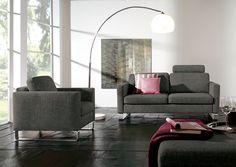"""Die Couchgarnitur """"Valvo"""" verkörpert höchste Qualität mit modernem Design. Für das einzigartige Erscheinungsbild sorgen sowohl klare Linien als auch Kufen aus Edelstahl. Eine Unterfederung mit Wellenfedern bietet Komfort beim Sitzen. Außerdem kann eine Kopfstütze den Sitzkomfort nochmals ergänzen."""
