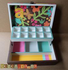 Joyero madera decorado Painted Boxes, Wooden Boxes, Easy Crafts, Diy And Crafts, Diy Earring Holder, Diy Cardboard, Tea Box, Wooden Art, Box Art