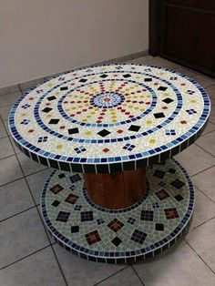 Nice Idea for a Mosaic table Mosaic Crafts, Mosaic Projects, Mosaic Art, Mosaic Glass, Mosaic Tiles, Mosaics, Tiling, Wooden Spool Tables, Cable Spool Tables