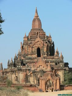 Bagan in Central Myanmar has about 2200 amazing Buddhist temples Buddha Temple, Buddha Buddhism, Thai Buddha Statue, Bay Of Bengal, Old Building, Monuments, Southeast Asia, Amazing Places, Temples