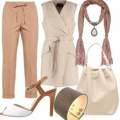 Pantaloni light brown vestibilità comoda, abbinati ad un sandalo marrone e bianco ed uno smanicato color cammello giro manica. L'ho immaginato senza nulla sotto semplicemente con una collana, stile bohemien.