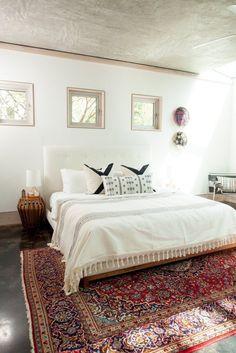 Was für ein toller Kontrast von Bett, Wand und Teppich.