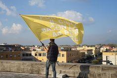 Ecco le immagini della nuova installazione ambientale di Bianco-Valente a Pontinia, nell'Agro Pontino. Bandiere al vento con le voci del coloni degli anni '30