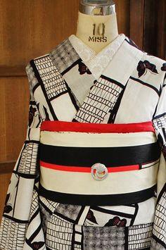 ピエト・モンドリアンのコンポジションを思わせるような白地に黒の幾何学格子に、蝶々模様がレトロな愛らしさをプラスしてくれている、モダンでアーティスティックな注染浴衣です。