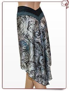 > le ruban dentelle coloré ajouté à la ceinture en tissu + le beau tombé du satin