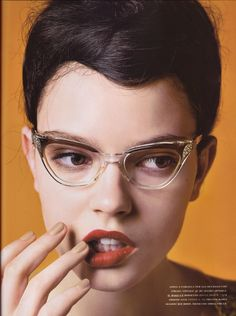 men WILL make passes at women who wear glasses, D. Parker!