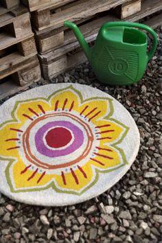 Gudrun Sjödén Frühling / Sommer 2014 -  Beginnen Sie den Tag, indem Sie Ihre Füße auf den weichen getuften Teppich Solros setzen.