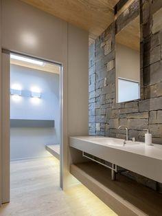 Természetes kő a kertben és egy modern ház San Marino-ban House, Home Projects, Interior, Home, Lighted Bathroom Mirror, Modern House, Large Windows, Home Pictures, Modern