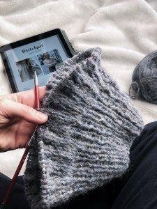 This is how you easily knit a sweater to cuddle .-So strickst Du Dir ganz einfach einen Pullover zum Kuscheln Cable Knitting Patterns, Knitting Designs, Knitting Socks, Baby Knitting, Knitted Bags, Knitted Blankets, Dou Dou, Crochet Hair Styles, Knitting For Beginners