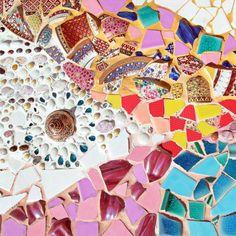 """Mosaik selber machen: Schritt für Schritt erklärt - """"Mosaik bietet vielfältige Möglichkeiten, um Flächen und Möbel zu verschönern. Wie die Technik gelingt, erfährst du hier!"""" Mood Colors, Colours, Diy Projects, Crafts, Outdoor, Inspiration, Gaudi, Leo, Kindergarten"""