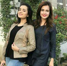 Sumbul Iqbal and kompal Iqbal Khan Pakistani Girl, Pakistani Actress, Sarara Dress, Sisters Goals, Cute Sister, Beauty P, Jean Top, Hot Actresses