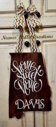 Make with Arkansas shape Wooden Art, Wooden Crafts, Wooden Doors, Wooden Signs, Diy And Crafts, Alabama Door Hanger, Burlap Door Hangers, Recycling, Sweet Home Alabama