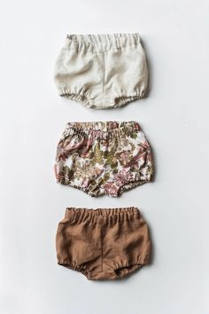 Bloomers Bubble-Shorts Leinen-Baby-Bloomers Baby-Shorts von Gypsyandfree Bloomers Bubble Shorts Linen Baby Bloomers Baby Shorts by Gypsyandfree Baby Girl Fashion, Fashion Kids, Toddler Fashion, Womens Fashion, Fashion Trends, Baby Shorts, Baby Pants, Baby Boy Outfits, Kids Outfits