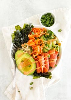 Healthy smoked salmon sushi bowls are an easy way to eat the flavors of sushi. Brown rice is topped with salmon, nori seaweed, sushi veggies and sauces. Smoked Salmon Sushi, Salmon Roll, Sushi Ingredients, Frozen Tilapia, Sushi Bowl, Veggie Stock, Pescatarian Recipes, Pescatarian Diet, Salads