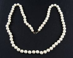 VINTAGE NECKLACE WITH CREAM-COLORED BEADS.