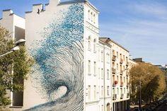 Impressive Street-Art Mural by DALeast in Poland – le street-artiste chinois DALeast revient avec une fresque monumentale représentant une grande vague bleue réalisée pour la première édition du LodzMurals Festival, qui a eu lieu en Pologne, à Lodz.