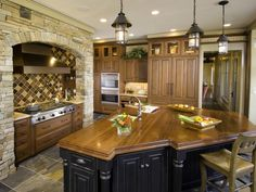 Can't get enough of beautiful kitchens ! It's where I spend most of my time !