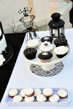 Tarta de boda Chanel. Fondant cake. Table www.facebook.com/GloriaCakes www.gloriacakes.com #SweetTable #Chanel #ChanelCupcakes #Cupcakes